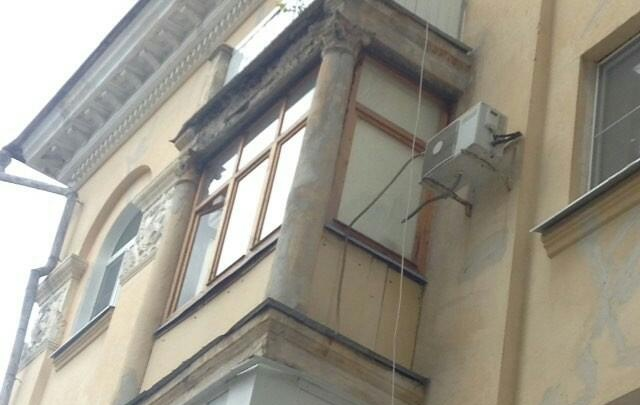 В центре Волгограда обрушилась часть балкона