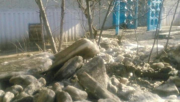 В Дзержинском районе Волгограда коммунальщики вместе со льдом соскоблили асфальт