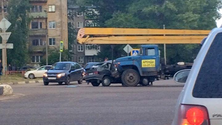 В Дзержинском районе Ярославля автовышка протаранила ВАЗ