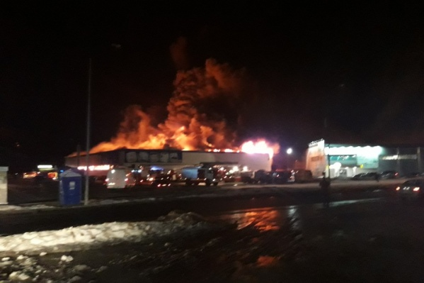 Очевидец, проезжавший мимо, снял самый разгар пожара