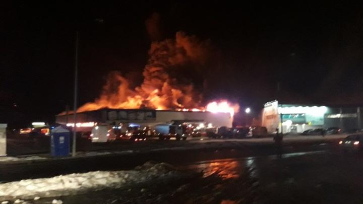 Сегодня ночью в Тюмени сгорел магазин игрушек Rich Family: разбушевавшееся пламя тушили почти 70 человек