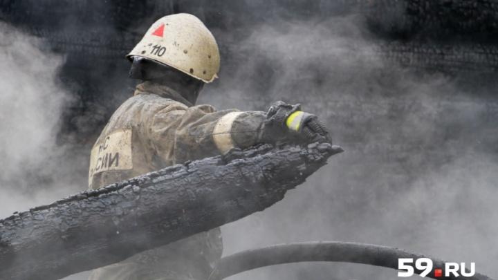 «Молния ударила в электрический столб»: в Прикамье из-за грозы произошло три пожара