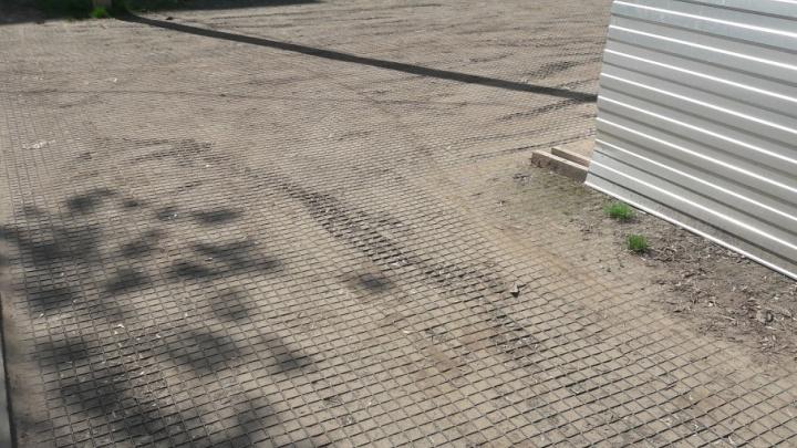 Трава не проросла: во дворе Ярославля «завял» проект с экопарковкой