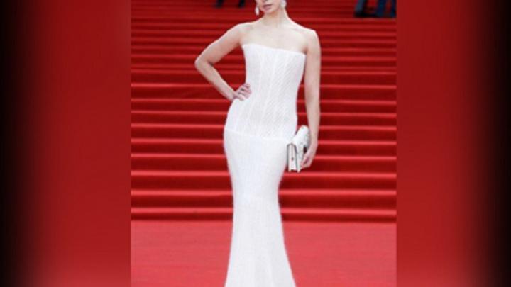 Известная актриса сверкала на международном кинофестивале в вязаном платье от ярославского дизайнера