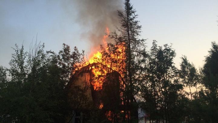 В дачном поселке под Архангельском из-за неисправного холодильника сгорел дом