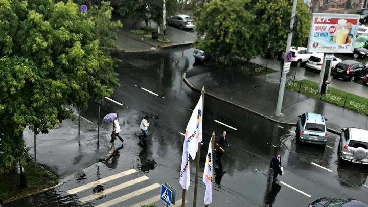 Улица Ленина из-за дождя утопает в воде: рабочие не успели доделать ливневку