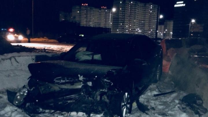 «Буду судиться с дорожниками»: тюменец на иномарке влетел в бетонные блоки и сломал позвоночник