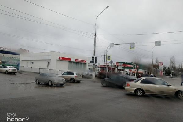 На оживленном перекрестке водители вынуждены разъезжаться по наитию