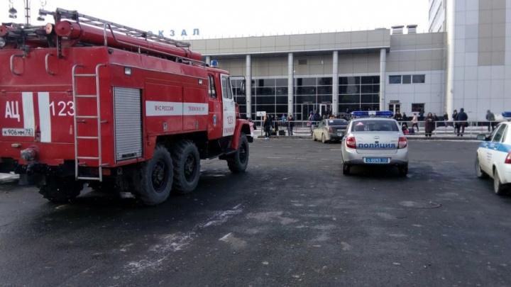 Из-за звонка неизвестного с тюменского ж/д вокзала эвакуировали 250 человек