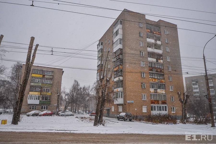 На другой стороне стоят типовые хрущёвки завода Турбинка