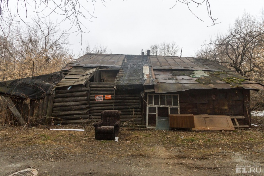 Во дворе стоит заброшенный то ли сарай, то ли гараж.