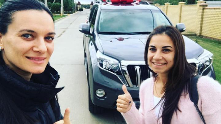 Волгоградка Елена Исинбаева на юбилей отцу подарила Land Cruiser Prado