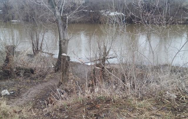 Мостик называют проклятым: в Кунгуре попрощались с девочкой, утонувшей в реке