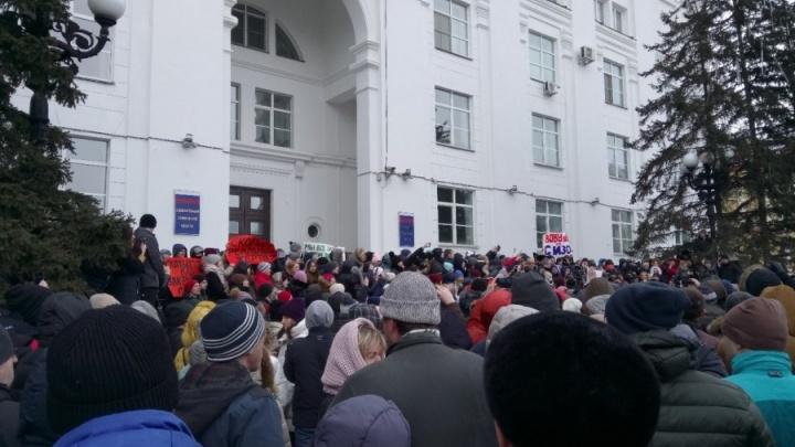 «Почему нас обманывают?»: жители Кемерово вышли на многотысячный митинг