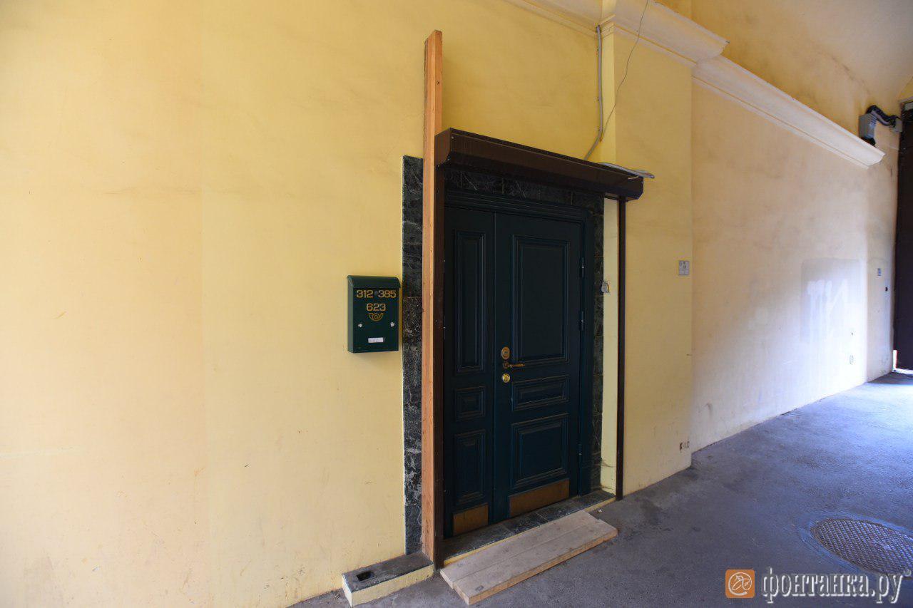 Вход в квартиру музыканта находится как раз в арке