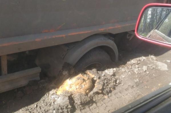 Колёса провалились в асфальт