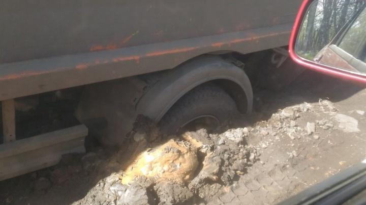В Ярославле мусоровоз ушёл под землю