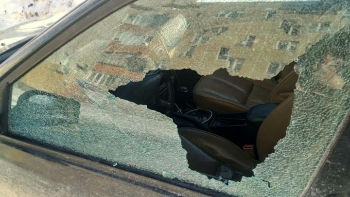 Разборки средь бела дня: на Домостроителей хулиган с балкона обстрелял машину тюменца
