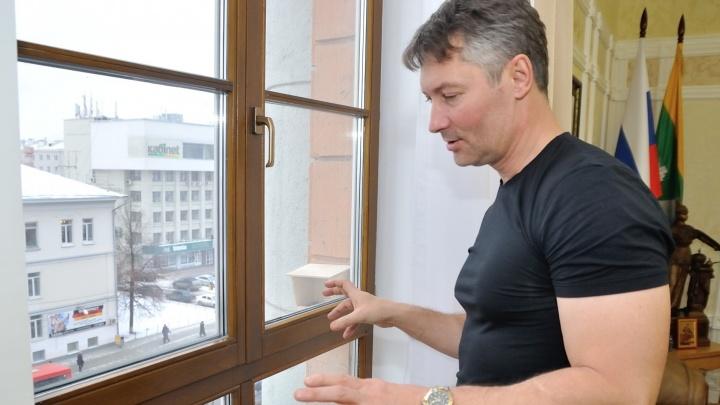 Мэр Екатеринбурга объехал больницы, чтобы поздравить врачей, которые работают в новогоднюю ночь