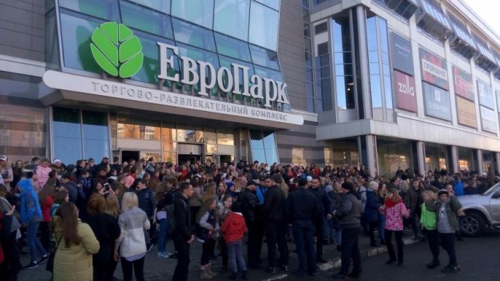 Архангельские фанаты Бузовой устроили давку в ТЦ после того, как звезда опоздала на час