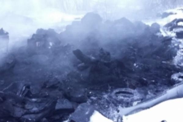 Покрышки сгорели на площади 100 квадратных метров