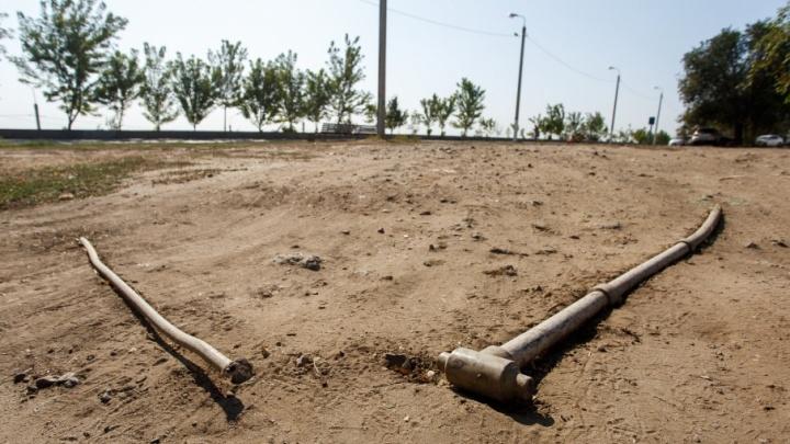 Не зазеленело: в Волгограде коммунальщики выкорчевали поливочный водовод на набережной