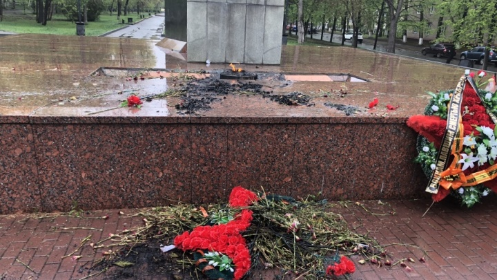 «Больно смотреть»: пьяный челябинец сжёг венки в сквере Победы на ЧМЗ