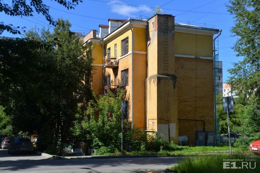 А на улице Крупской стоит вот такой интересный дом.