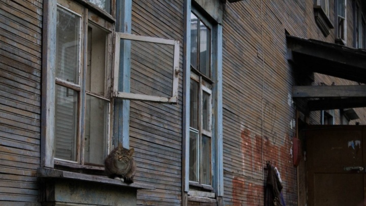 Под горячим дождем: почти месяц жильцы дома на Суфтина страдают от прорвавшейся трубы