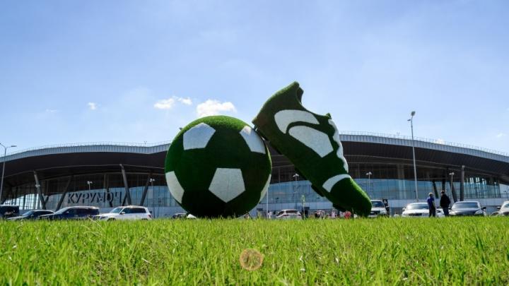 В Самаре около аэропорта Курумоч установили зеленую инсталляцию в виде мяча и бутсы