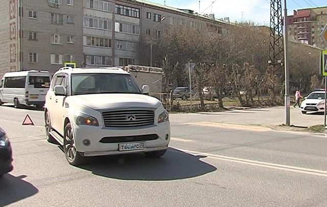 На улице Максима Горького Infiniti сбил ребенка, переходившего дорогу по зебре