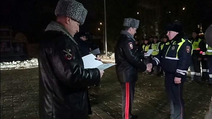 Деньги в конверте и спасибо: полицейских, поймавших убийцу тюменского врача, поблагодарил сам генерал