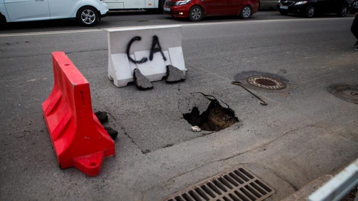 Провал асфальта на Малыгина: дорожное полотно восстановят после ремонта ливневки