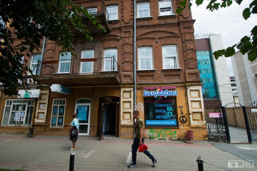 """Про здание мы рассказывали на днях — оно включено <a href=""""http://www.e1.ru/news/spool/news_id-454026.html"""" target=""""_blank"""">в маршрут экскурсии по еврейскому Екатеринбургу.</a>"""