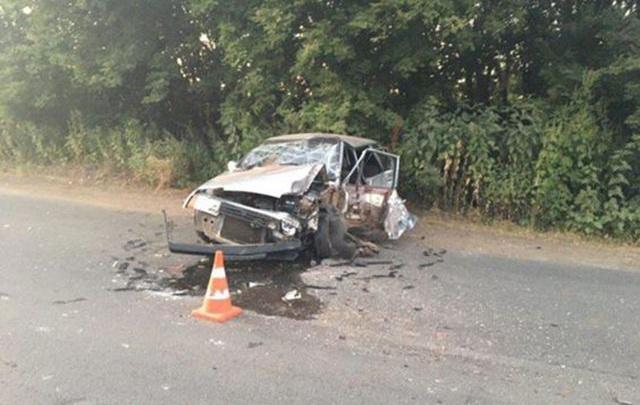 «Машину размазало по дороге»: в Самаре водитель ВАЗа залетел под грузовик