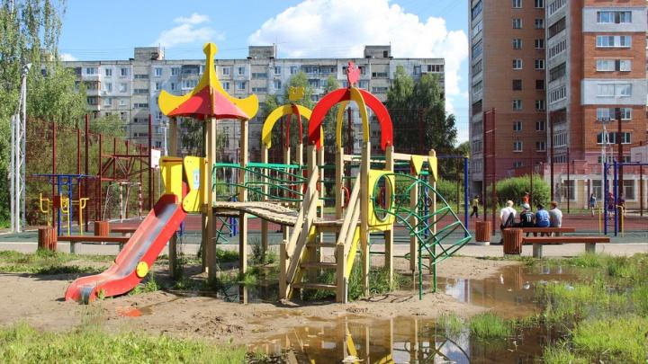 В ярославском дворе детский городок поставили на «вечном болоте»