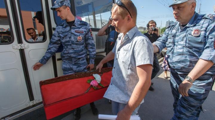 Торговцев Ворошиловского рынка Волгограда оштрафовали за попытку подарить гроб губернатору