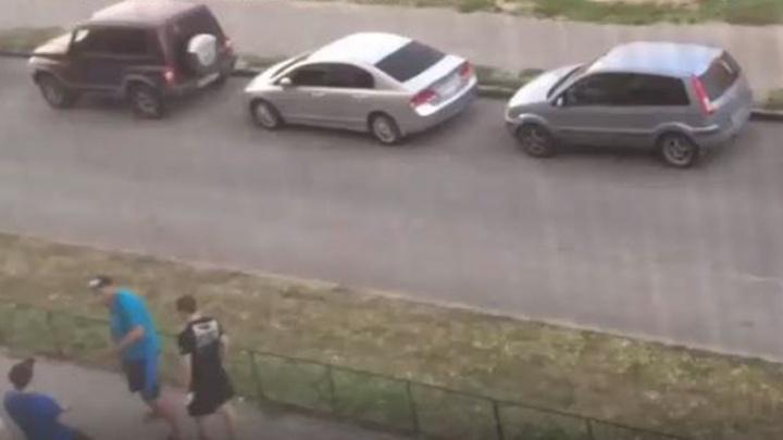 На Еременко трое хулиганов громко кричали и разбили стекло в подъезде