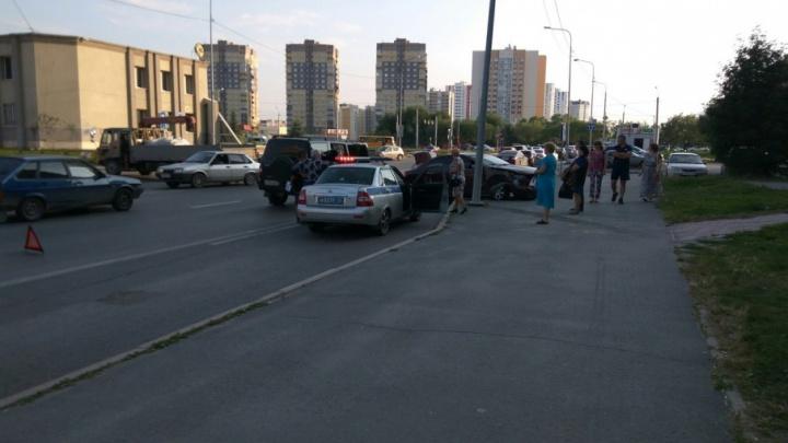 ДТП в Тюмени: от удара иномарку отбросило на тротуар