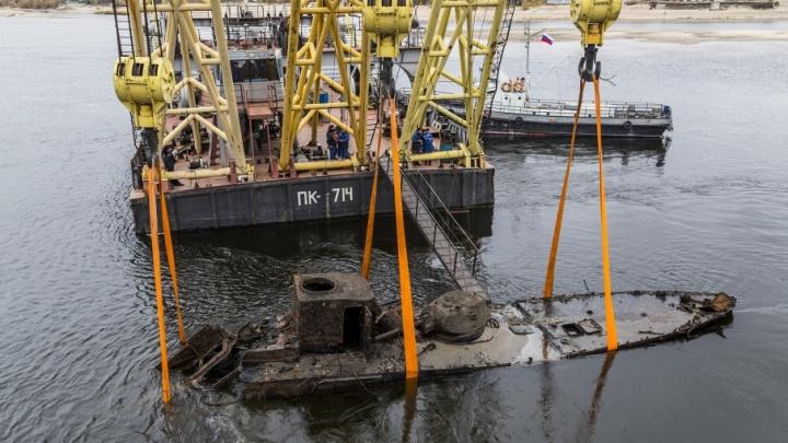 В Волгограде подняли со дна Волги затонувший бронекатер