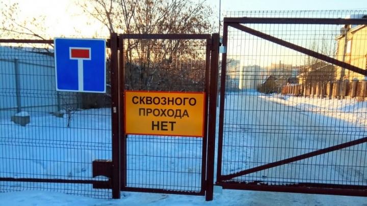 Забор на Кремлевской, преграждающий путь машинам и пешеходам, раздумали сносить