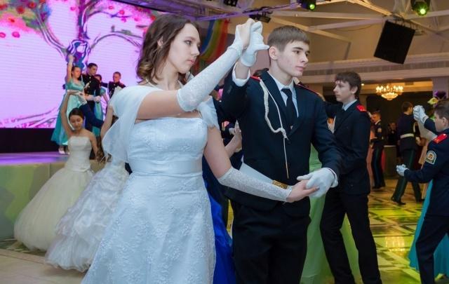 Вместо уроков на танцы: челябинские кадеты устроили общегородский бал