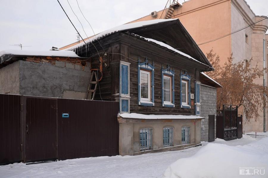 Шейнкмана, 44. На улице среди новостроек ещё встречаются такие домики с коваными воротами.