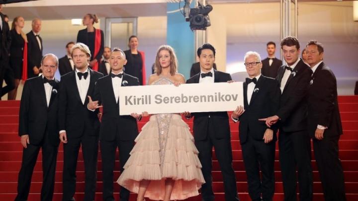 В Каннах Рома Зверь вышел с плакатом в поддержку Кирилла Серебренникова