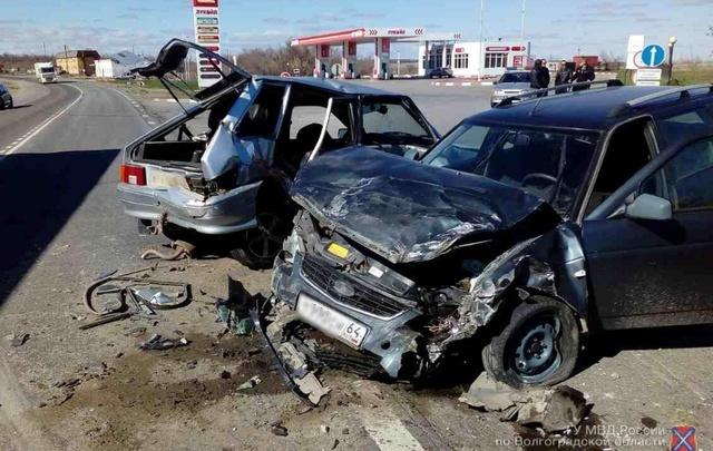 Под Камышином дальнобойщик вытолкнул на встречную полосу легковой автомобиль