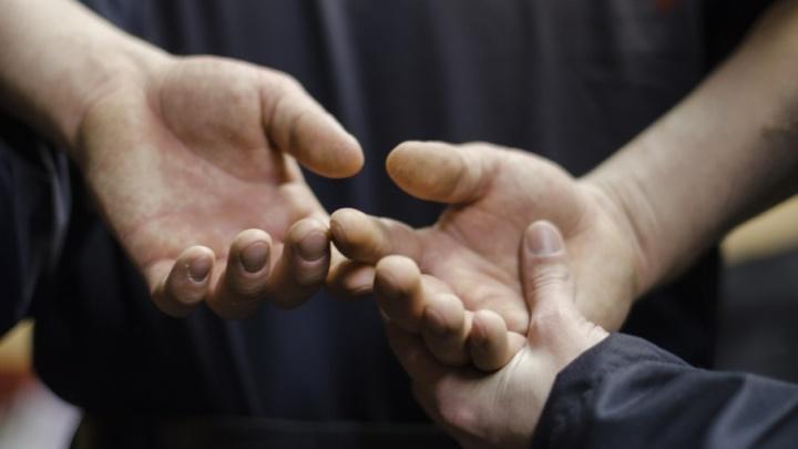 В Майской Горке неадекватный мужчина нападал с «розочкой» на прохожих