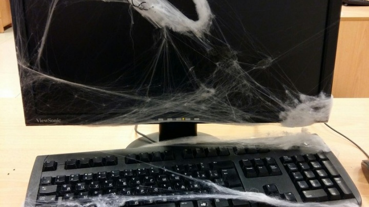Компьютер в паутине, кусок ноги на полу, висящий манекен на улице: как тюменцы отметили Хеллоуин на работе