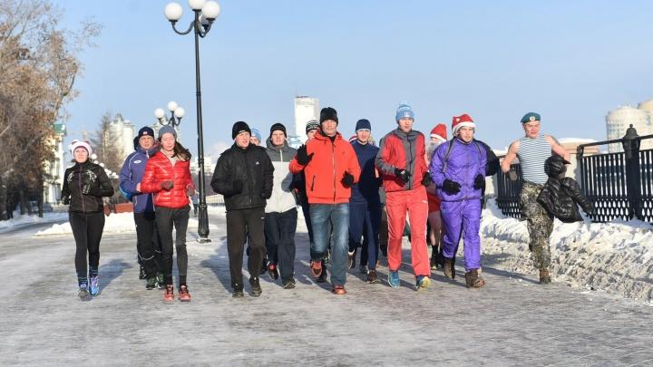 Мэр и сотня отважных спортсменов устроили пробежку вокруг Городского пруда