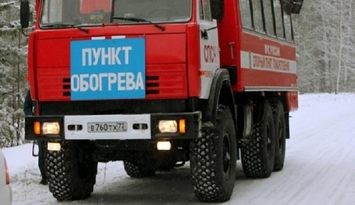 Тюменские спасатели помогли вахтовикам, замерзающим на трассе в сломанном автобусе