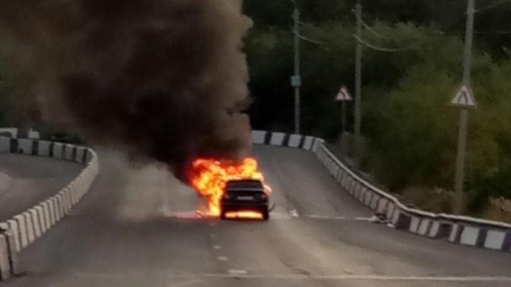 На Текучевском мосту образовалась пробка из-за горевшей иномарки